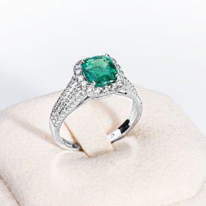 Anello oro bianco smeraldo centrale e brillanti